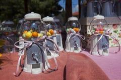 Καραμέλες στα βάζα καραμελών πλαστικών Στοκ Φωτογραφίες