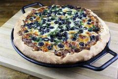 Καραμελοποιημένο κρεμμύδι & μαύρη πίτσα κρουστών ελιών παχιά στοκ φωτογραφία με δικαίωμα ελεύθερης χρήσης