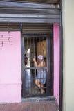 Καραϊβική μέση γυναίκα ηλικίας που υπερασπίζεται την πόρτα, Καράκας Στοκ Φωτογραφία