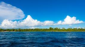 Καραϊβικός ήλιος στο μπλε ουρανό Στοκ Φωτογραφίες