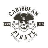 καραϊβικός πειρατής Κρανίο πειρατών στο ναύαρχο headdress και τα ξίφη απεικόνιση αποθεμάτων