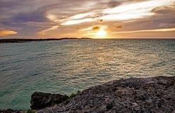 Καραϊβικό ηλιοβασίλεμα στο φραγμό και τα κάγκελα Lenny στους κοκοφοίνικες Cayo, Κούβα στοκ εικόνα με δικαίωμα ελεύθερης χρήσης