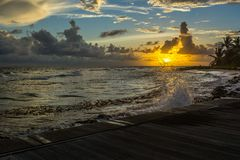 Καραϊβικό ηλιοβασίλεμα από το θαλάσσιο περίπατο Στοκ Εικόνες