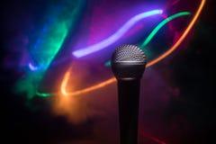 Καραόκε μικροφώνων, συναυλία Φωνητικό ακουστικό mic στο χαμηλό φως με το θολωμένο υπόβαθρο Ζωντανή μουσική, ακουστικός εξοπλισμός στοκ εικόνες με δικαίωμα ελεύθερης χρήσης