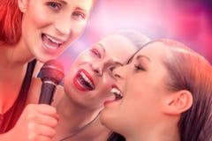 Καραόκε φίλων τραγουδιού στοκ φωτογραφίες