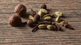 Καρδάμωμο, γαρίφαλα, μοσχοκάρυδο, ινδοπέπερι Διαφορετικοί τύποι ολόκληρων των IND στοκ φωτογραφία