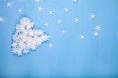 Καρδιά άσπρα snowflakes στοκ εικόνες με δικαίωμα ελεύθερης χρήσης