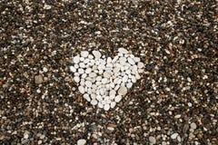Καρδιά από τις άσπρες πέτρες Στοκ φωτογραφία με δικαίωμα ελεύθερης χρήσης