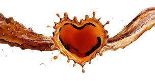 Καρδιά από τον παφλασμό κόλας με τις φυσαλίδες που απομονώνεται στο λευκό διανυσματική απεικόνιση
