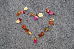 Καρδιά από το ζωηρόχρωμο βοτανικό τσάι στοκ εικόνα με δικαίωμα ελεύθερης χρήσης