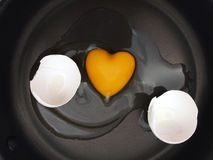 καρδιά αυγών που διαμορφώ Στοκ Φωτογραφία