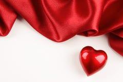 Καρδιά βαλεντίνων με το κόκκινο μετάξι Στοκ εικόνα με δικαίωμα ελεύθερης χρήσης
