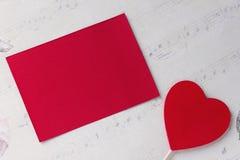 Καρδιά βαλεντίνων ` s με έναν κενό ard σε ένα υπόβαθρο της Λευκής Βίβλου Στοκ φωτογραφίες με δικαίωμα ελεύθερης χρήσης