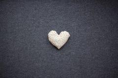 Καρδιά γκρίζα υπόβαθρα, καρδιά βαλεντίνων Στοκ εικόνα με δικαίωμα ελεύθερης χρήσης