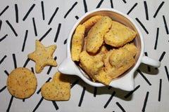 Καρδιά-διαμορφωμένα μπισκότα σε ένα κεραμικό κύπελλο στοκ φωτογραφία