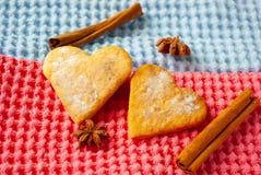 Καρδιά-διαμορφωμένα μπισκότα στο φωτεινό υπόβαθρο στοκ εικόνα με δικαίωμα ελεύθερης χρήσης