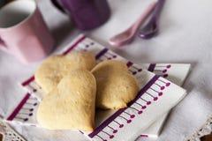 Καρδιά-διαμορφωμένα μπισκότα Στοκ εικόνες με δικαίωμα ελεύθερης χρήσης