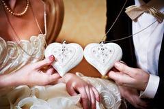 Καρδιά-διαμορφωμένες μασκότ η νύφη και ο νεόνυμφος Στοκ Φωτογραφίες