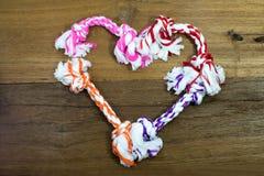 Καρδιά-διαμορφωμένη παιχνίδια ρύθμιση δαγκωμάτων της Pet στο ξύλινο υπόβαθρο στοκ φωτογραφία με δικαίωμα ελεύθερης χρήσης