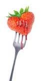 Καρδιά-διαμορφωμένη φράουλα σε ένα δίκρανο στοκ εικόνες