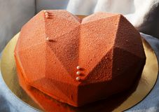 Καρδιά-διαμορφωμένο κέικ που καλύπτεται με το velor σοκολάτας Στοκ Εικόνες