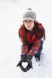 Καρδιά εκμετάλλευσης γυναικών που γίνεται από το χιόνι στοκ φωτογραφίες με δικαίωμα ελεύθερης χρήσης