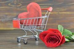 Καρδιά ημέρας βαλεντίνων στο κάρρο αγορών στοκ φωτογραφίες με δικαίωμα ελεύθερης χρήσης
