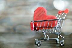 Καρδιά ημέρας βαλεντίνων στο κάρρο αγορών Στοκ Φωτογραφίες