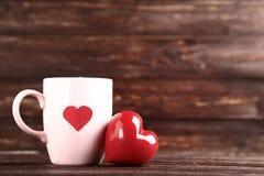 Καρδιά και φλυτζάνι με teabag στοκ φωτογραφία με δικαίωμα ελεύθερης χρήσης