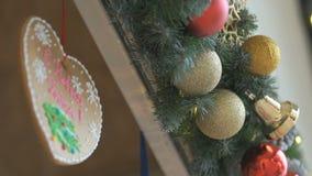 Καρδιά και χρυσά και ασημένια παιχνίδια Χριστουγέννων για την πώληση απόθεμα βίντεο