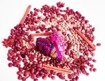 Καρδιά, κεντητική, φασόλια καφέ, anice αστεριών, κανέλα Στοκ φωτογραφία με δικαίωμα ελεύθερης χρήσης
