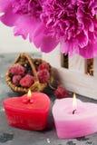 Καρδιά κεριών LIT που διαμορφώνονται, πορφυρά peonies Στοκ Εικόνες