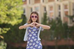 καρδιά κοριτσιών που κάνει τις χαμογελώντας νεολαίες σημαδιών Στοκ φωτογραφία με δικαίωμα ελεύθερης χρήσης