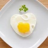 καρδιά μορφής αυγών που ανακατώνεται στοκ εικόνα με δικαίωμα ελεύθερης χρήσης