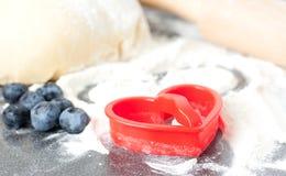 καρδιά μπισκότων ψησίματος που διαμορφώνεται Στοκ Εικόνες