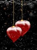 Καρδιά μπιχλιμπιδιών Χριστουγέννων που διαμορφώνονται και χιόνι στο εορταστικό υπόβαθρο Στοκ Φωτογραφία