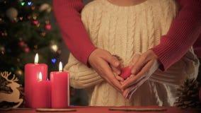 Καρδιά παιχνιδιών εκμετάλλευσης κοριτσιών, κυρία που κοιλαίνει τα χέρια της, μαγικός χρόνος Χριστουγέννων, κινηματογράφηση σε πρώ απόθεμα βίντεο