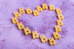 Καρδιά, που σχεδιάζεται από τα ζυμαρικά παιδιών ` s Στοκ Φωτογραφίες