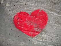 Καρδιά που χρωματίζεται σε έναν συμπαγή τοίχο, ένα σύμβολο της αγάπης στοκ εικόνες