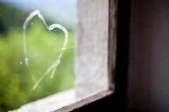 Καρδιά που χρωματίζεται σε ένα παράθυρο στοκ φωτογραφία