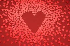 Καρδιά στην κόκκινη ανασκόπηση στοκ φωτογραφίες