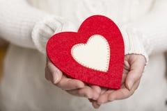 Καρδιά στην παλάμη ενός χεριού Στοκ Εικόνες