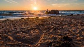 Καρδιά στην παραλία, ρομαντικό ηλιοβασίλεμα timelapse στη Βρετάνη, Γαλλία απόθεμα βίντεο