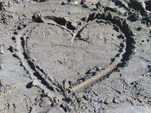 Καρδιά στη μαύρη άμμο Στοκ εικόνα με δικαίωμα ελεύθερης χρήσης