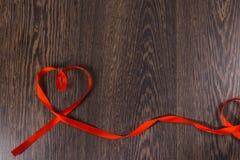 Καρδιά της κόκκινης κορδέλλας Στοκ Εικόνες