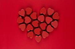 Καρδιά των κόκκινων καρδιών καραμελών επάνω βαθιά - κόκκινο υπόβαθρο εγγράφου eps ημέρας 8 καρτών συμπεριλαμβανόμενος αρχείο βαλε στοκ εικόνα