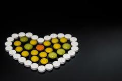 καρδιά των χρωματισμένων χαπιών στοκ φωτογραφία με δικαίωμα ελεύθερης χρήσης