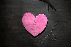 Καρδιά υφάσματος που κόβεται στο μισό και που συρράπτεται πίσω στοκ εικόνες με δικαίωμα ελεύθερης χρήσης