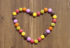 Καρδιά φιαγμένη από ζωηρόχρωμες καραμέλες Στοκ φωτογραφίες με δικαίωμα ελεύθερης χρήσης