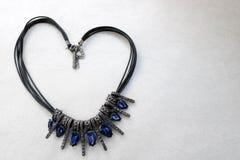 Καρδιά φιαγμένη από θηλυκό κόσμημα, περιδέραια με τους μπλε πολύτιμους λίθους, διαμάντια, διαμάντια με μορφή μιας καρδιάς Στοκ Εικόνες